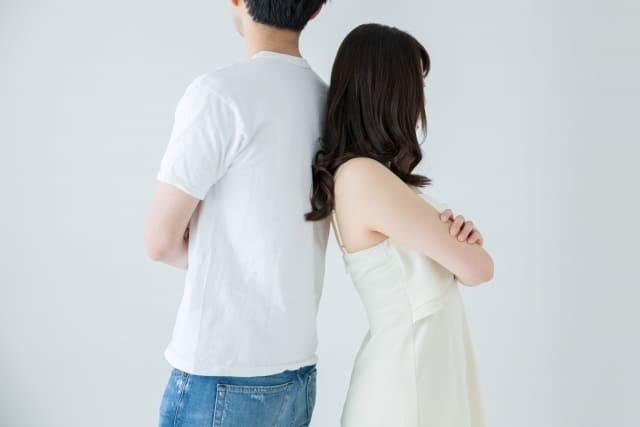 喧嘩しているカップルが背を向けあう